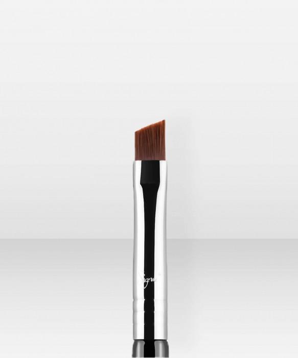 Sigma Beauty E65 Small Angle Brush rajaussivellin